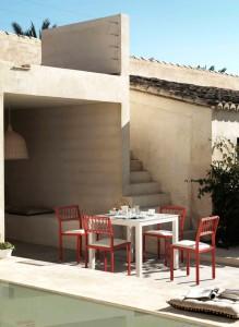 Mesa pequeña con conjunto de 4 sillas, catalogo out Gabar