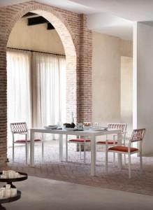 Mesa interior con conjunto de sillas, catalogo out Gabar