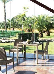 Mesa y silla color marrón, catalogo out Gabar
