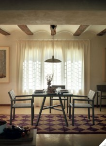 Conjunto interior de mesa y sillas, catalogo out Gabar