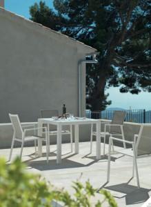 Mesa y sillas a conjunto blancas, catalogo out Gabar