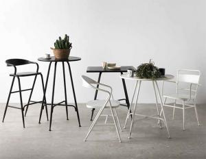 Mesas y sillas de hierro estilo envejecido