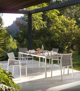 Mesa amplia y sillas a conjunto exterior, catalogo out Gabar