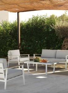 Mesa, sofá y sillones exterior blancas, catalogo out 2019 Gabar