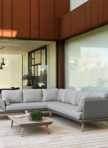 Sofás combinación de grises y mesa madera, catalogo out 2019 Gabar