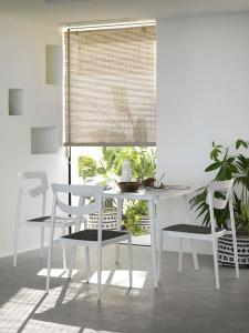 Conjunto de mesa y sillas interior, catalogo out Gabar