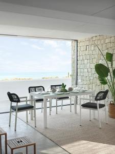 Mesa y sillas a conjunto oscuras, catalogo out Gabar
